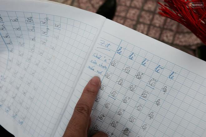 Anh nhân viên ngân hàng dành giờ nghỉ trưa mỗi ngày để dạy chữ cho cô bé vé số ngay trên vỉa hè Sài Gòn 11