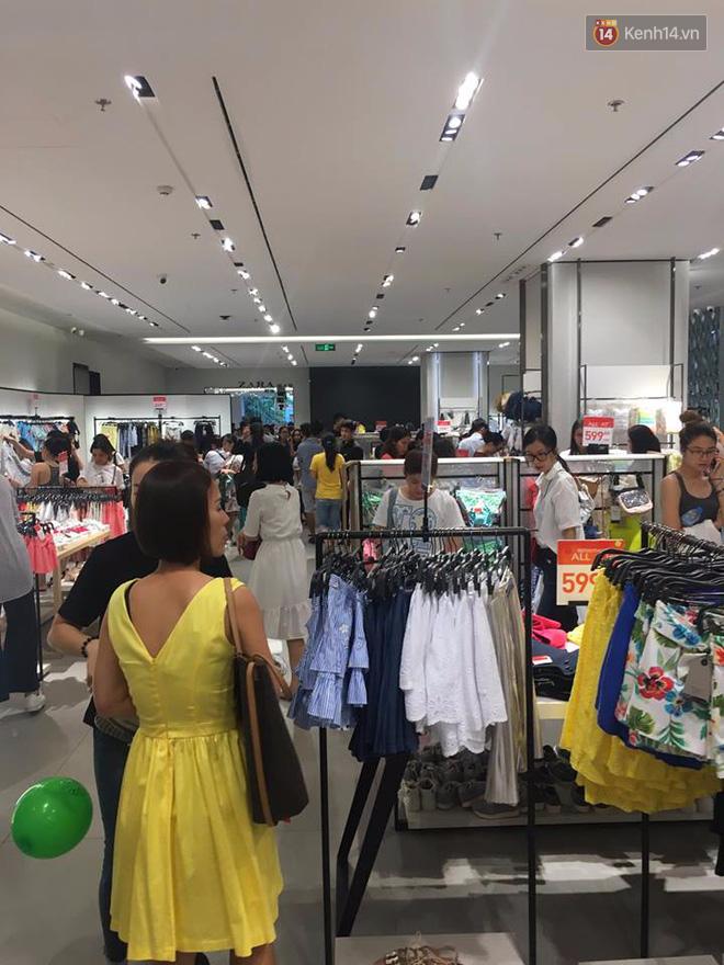 Store Zara ở Sài Gòn chật cứng người mua sắm trong ngày sale đầu tiên - Ảnh 12.