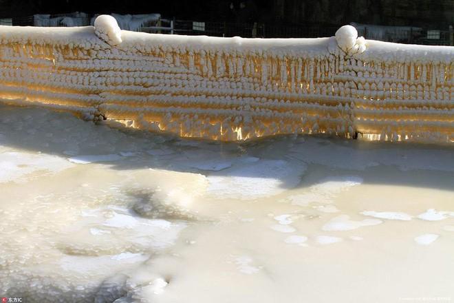 Mùa đông lạnh đóng băng cả quần ở Trung Quốc khiến nhiều người không thể tin nổi - ảnh 11