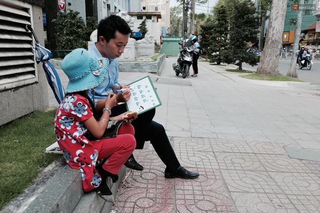 Anh nhân viên ngân hàng dành giờ nghỉ trưa mỗi ngày để dạy chữ cho cô bé vé số ngay trên vỉa hè Sài Gòn 12