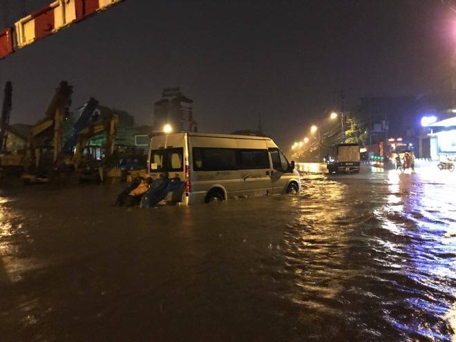 Mưa lớn trút xuống vào giờ tan tầm, ô tô xếp hàng dài trên đường phố Hà Nội - Ảnh 13.