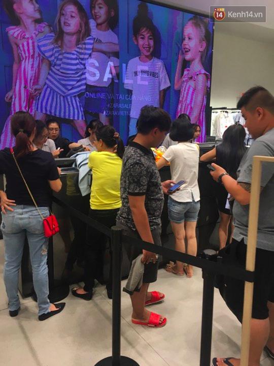 Store Zara ở Sài Gòn chật cứng người mua sắm trong ngày sale đầu tiên - Ảnh 13.