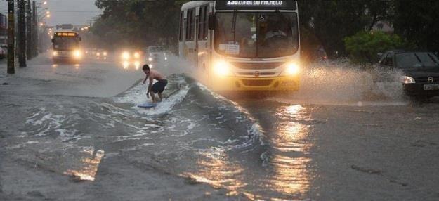 Loạt ảnh các dân chơi trời bão: Mưa gió cũng không làm nhụt chí ra ngoài đường - ảnh 12