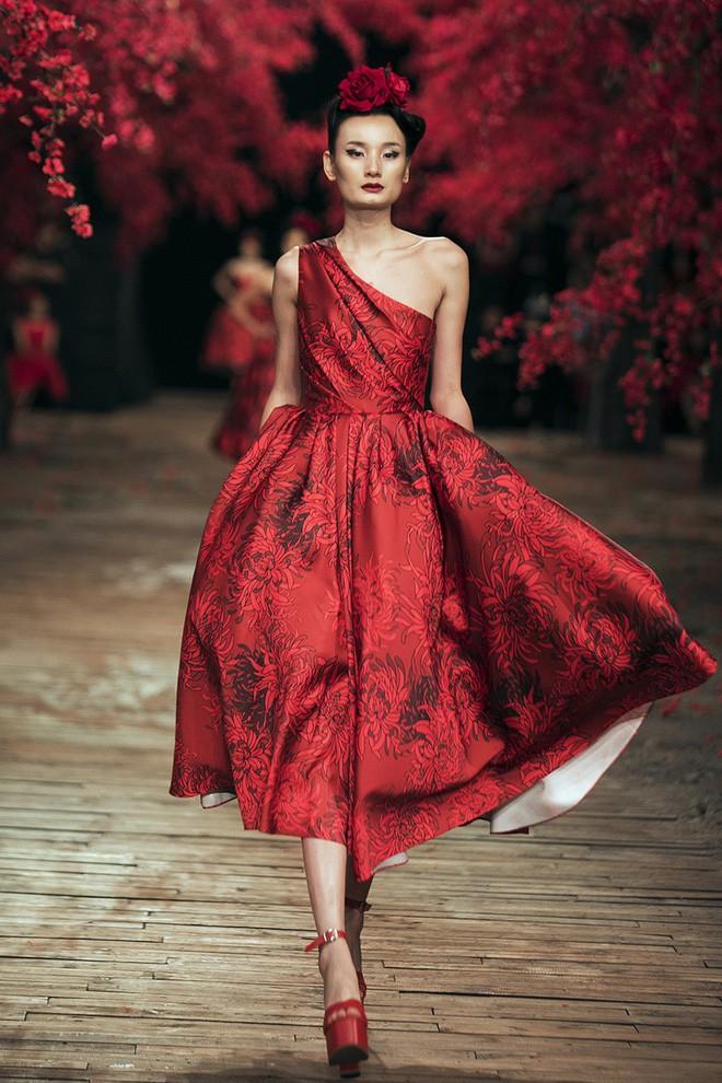 Đến tận ngày cuối cùng của năm 2017, Hoa hậu Kỳ Duyên vẫn phá đảo show diễn của NTK Đỗ Mạnh Cường - Ảnh 12.