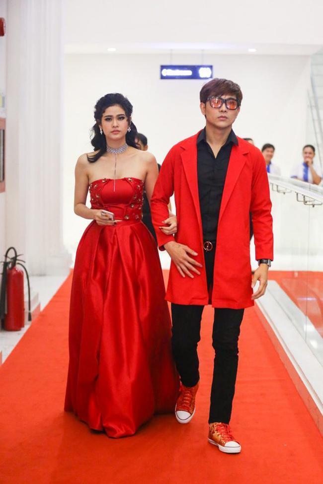 Không chỉ mặc ton-sur-ton, Tim và Trương Quỳnh Anh còn thích chăm chút quần áo trên thảm đỏ cho nhau - Ảnh 13.