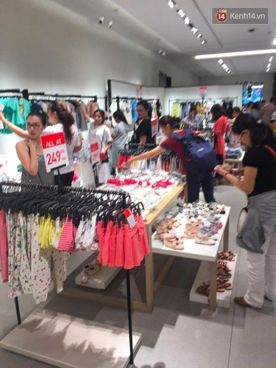 Store Zara ở Sài Gòn chật cứng người mua sắm trong ngày sale đầu tiên - Ảnh 14.