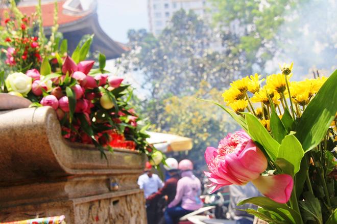 Rằm tháng 7: Phố cổ Hà Nội mù mịt hóa vàng mã, Sài Gòn chen nhau mua cơm chay, đi lễ chùa - Ảnh 22.