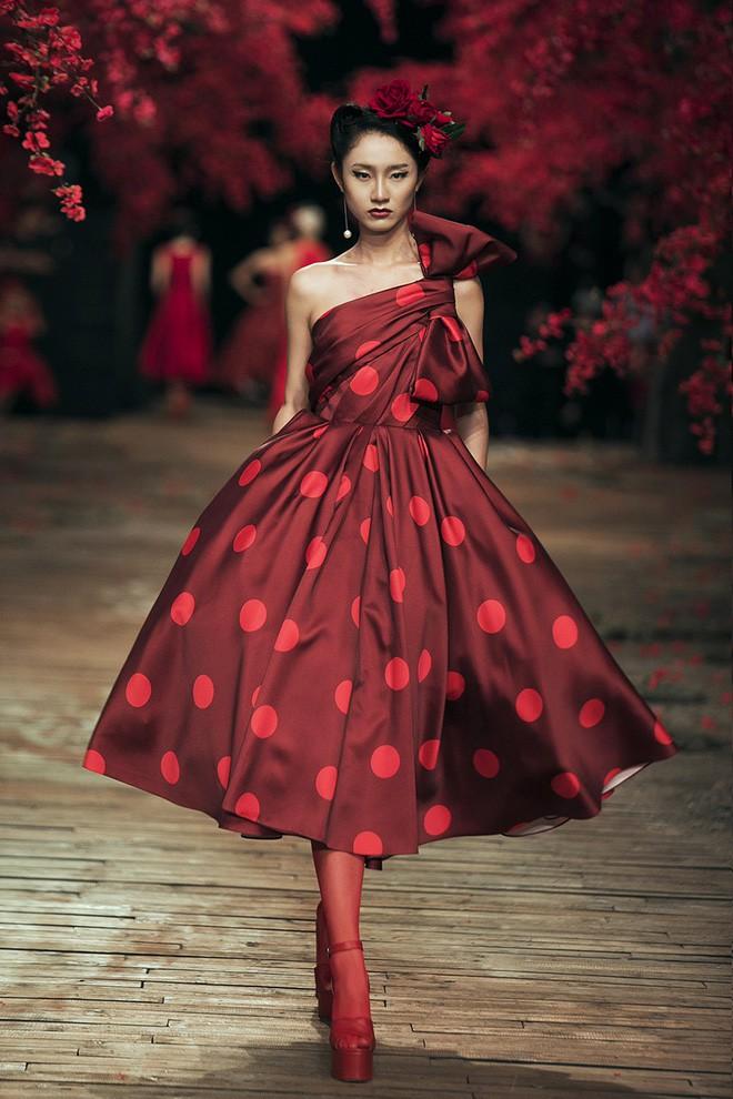 Đến tận ngày cuối cùng của năm 2017, Hoa hậu Kỳ Duyên vẫn phá đảo show diễn của NTK Đỗ Mạnh Cường - Ảnh 13.
