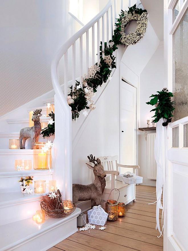 Ý tưởng trang trí cầu thang đơn giản mà lung linh để đón Giáng sinh đang tới gần - Ảnh 14.