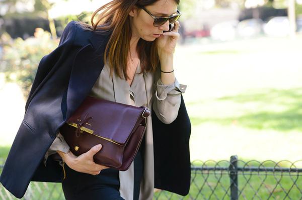 Đeo túi xách to nặng nhàm quá rồi, giờ muốn làm quý cô thời thượng thì phải cầm clutch đi làm mới chuẩn - Ảnh 8.