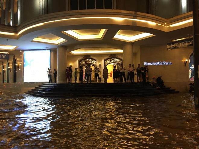 Mưa lớn trút xuống vào giờ tan tầm, ô tô xếp hàng dài trên đường phố Hà Nội - Ảnh 16.