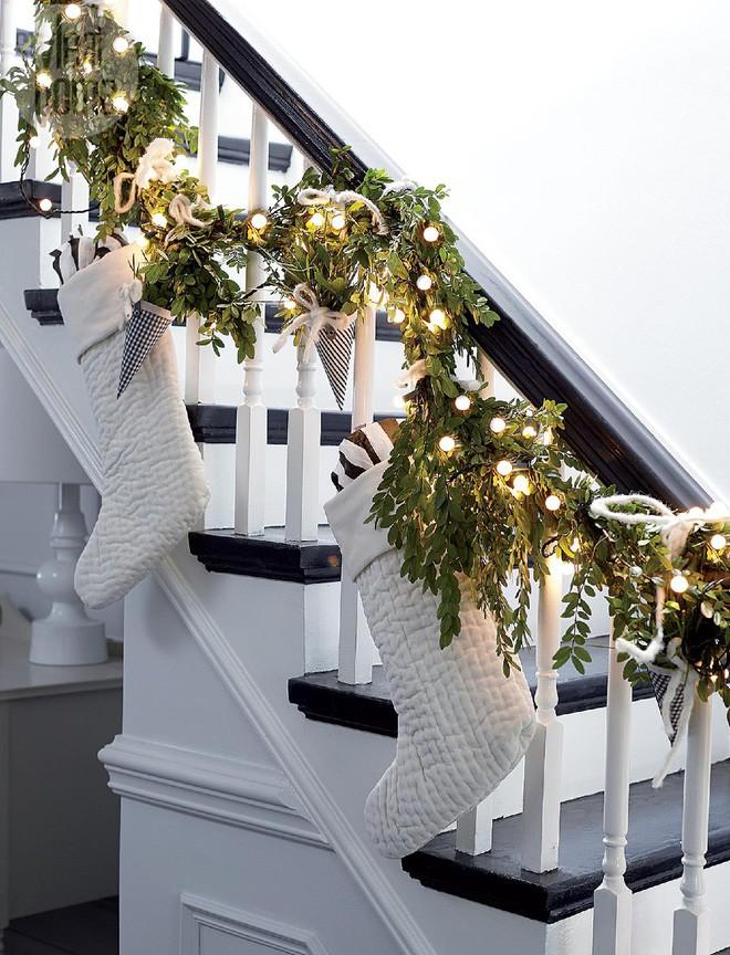 Ý tưởng trang trí cầu thang đơn giản mà lung linh để đón Giáng sinh đang tới gần - Ảnh 15.