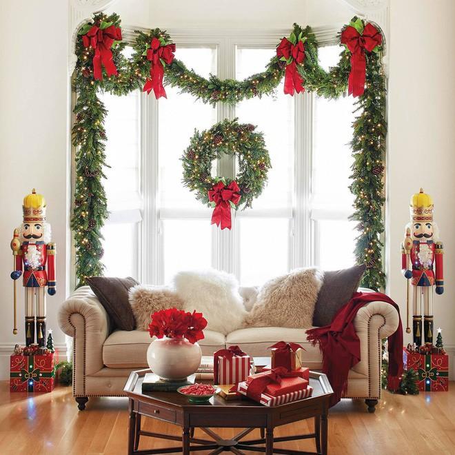 Những kiểu trang trí phòng khách đậm chất Giáng sinh nhìn đã thấy an lành - Ảnh 14.