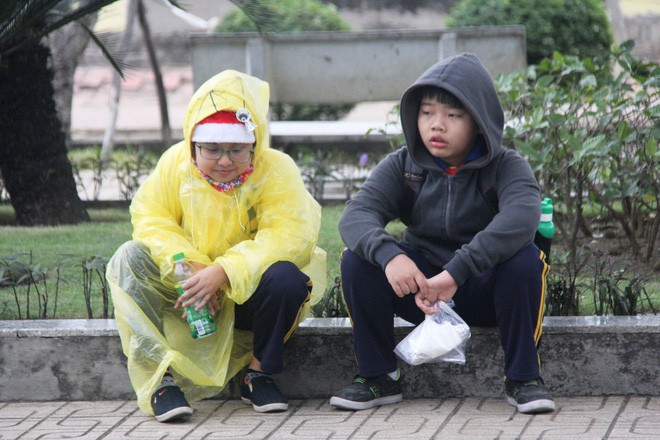 TP.HCM: Học sinh co ro, ngủ gục trên xe bố mẹ đi đến trường dưới thời tiết lạnh nhất năm 15