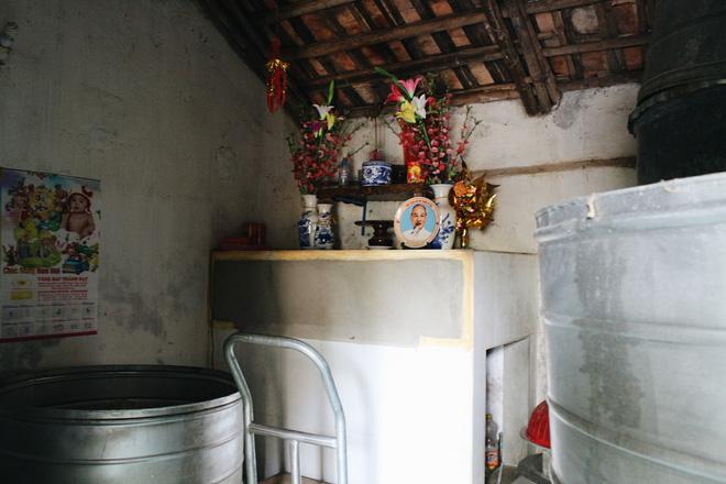 Căn nhà nhỏ xíu, ngổn ngang đồ đạc của bà Gia.