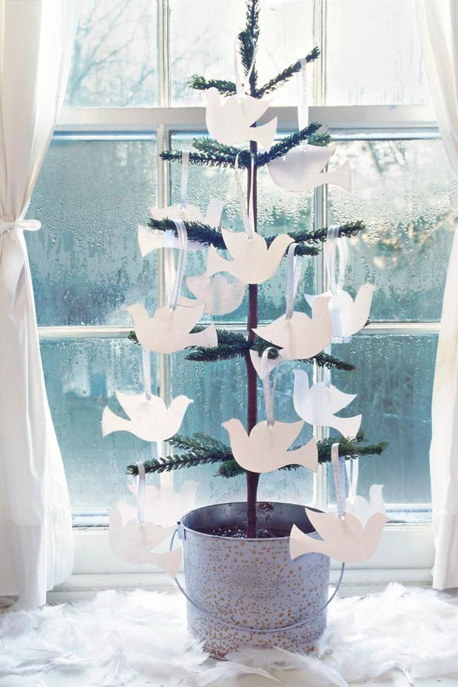 17 ý tưởng trang trí cây thông Noel mini đẹp, độc, lạ dành riêng cho nhà nhỏ  - Ảnh 15.
