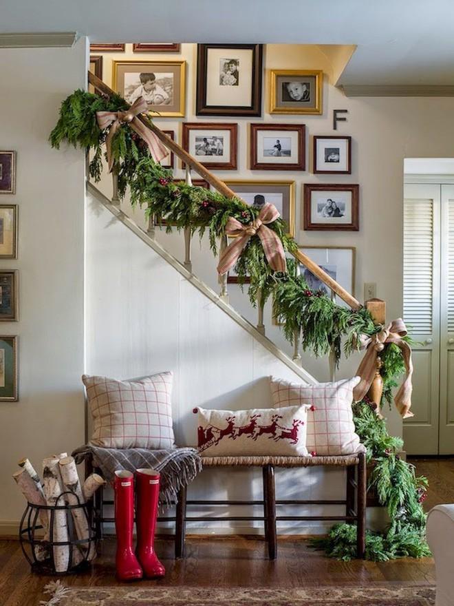 Ý tưởng trang trí cầu thang đơn giản mà lung linh để đón Giáng sinh đang tới gần - Ảnh 16.