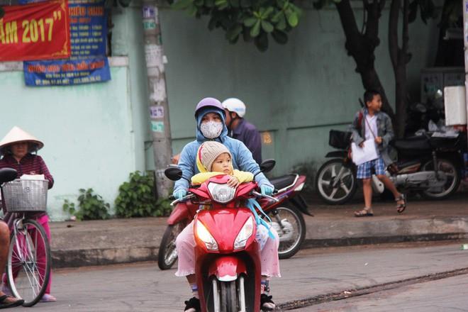 TP.HCM: Học sinh co ro, ngủ gục trên xe bố mẹ đi đến trường dưới thời tiết lạnh nhất năm 16