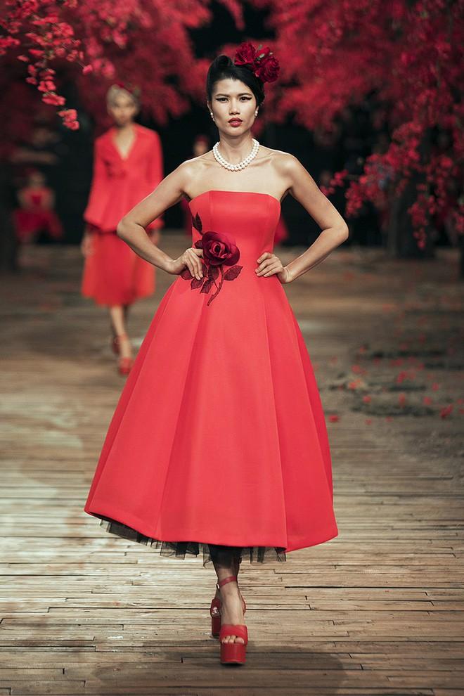 Đến tận ngày cuối cùng của năm 2017, Hoa hậu Kỳ Duyên vẫn phá đảo show diễn của NTK Đỗ Mạnh Cường - Ảnh 16.