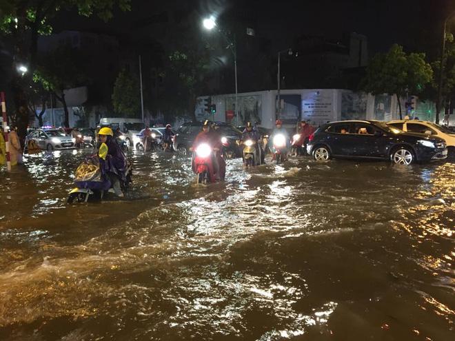 Mưa lớn trút xuống vào giờ tan tầm, ô tô xếp hàng dài trên đường phố Hà Nội - Ảnh 18.