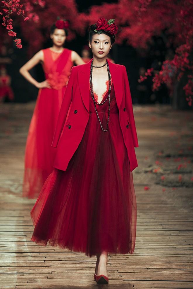 Đến tận ngày cuối cùng của năm 2017, Hoa hậu Kỳ Duyên vẫn phá đảo show diễn của NTK Đỗ Mạnh Cường - Ảnh 17.