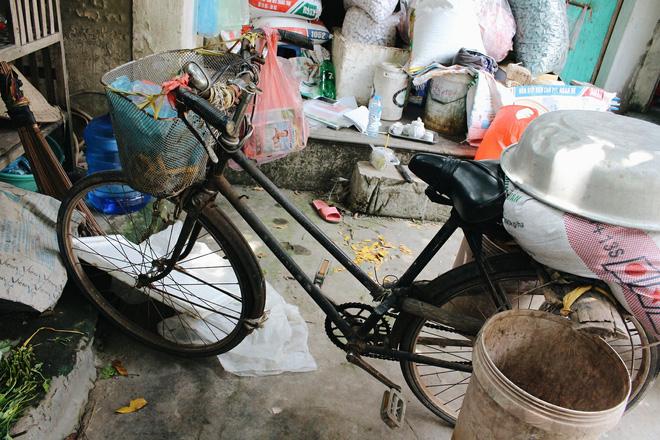 Chiếc xe đạp cà tàng bà Gia dùng để đi xa mấy chục km thăm nom con bị bệnh.