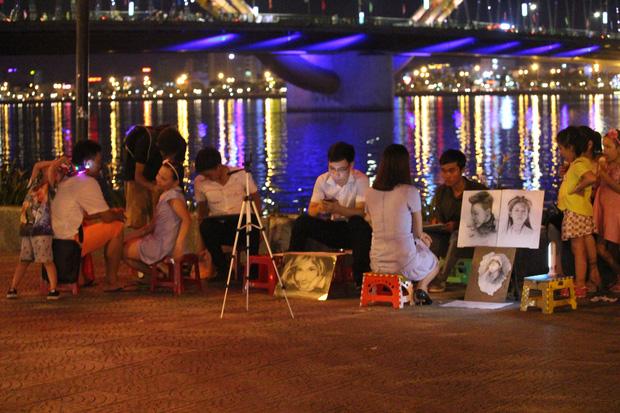 Chùm ảnh: Giới trẻ khắp mọi miền háo hức dạo phố đêm Quốc khánh 2/9 - ảnh 18