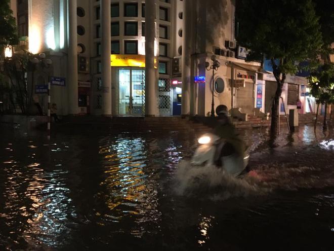 Mưa lớn trút xuống vào giờ tan tầm, ô tô xếp hàng dài trên đường phố Hà Nội - Ảnh 20.