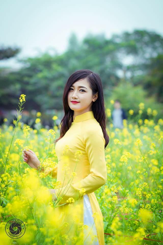 Cô gái lái đò chở khách trẩy hội chùa Hương dịp đầu năm bất ngờ nổi tiếng vì quá xinh - Ảnh 3.