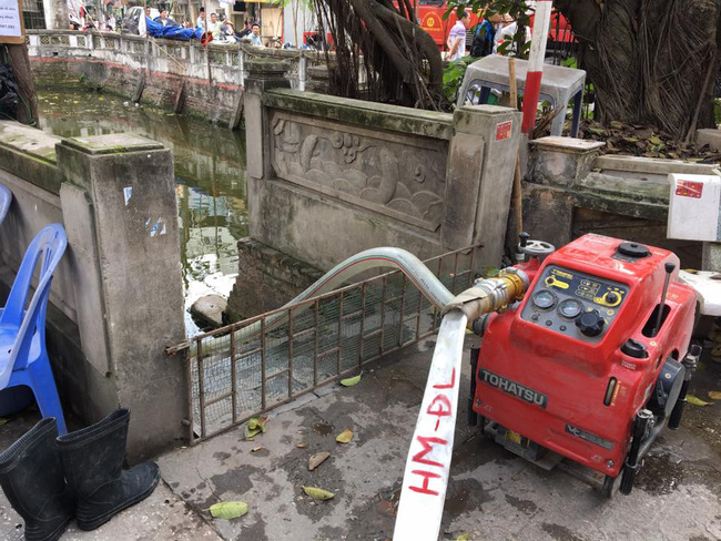 Hà Nội: Dùng hàng trăm mét vòi bơm hút nước ao đình Mai Động chữa cháy 3 căn nhà trong ngõ - Ảnh 3.