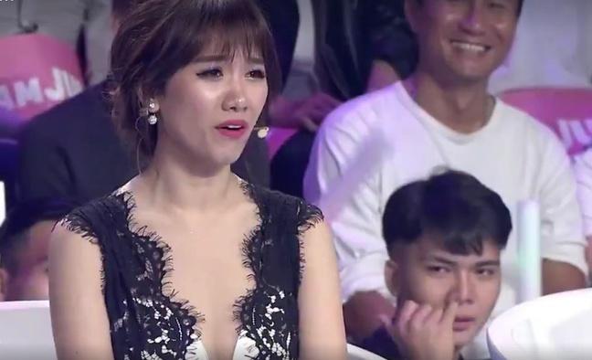 Chàng trai bất ngờ nổi tiếng sau 1 đêm với biểu cảm liếc xéo Hari Won trên sóng truyền hình - Ảnh 4.