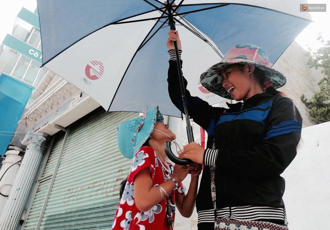 Anh nhân viên ngân hàng dành giờ nghỉ trưa mỗi ngày để dạy chữ cho cô bé vé số ngay trên vỉa hè Sài Gòn 3
