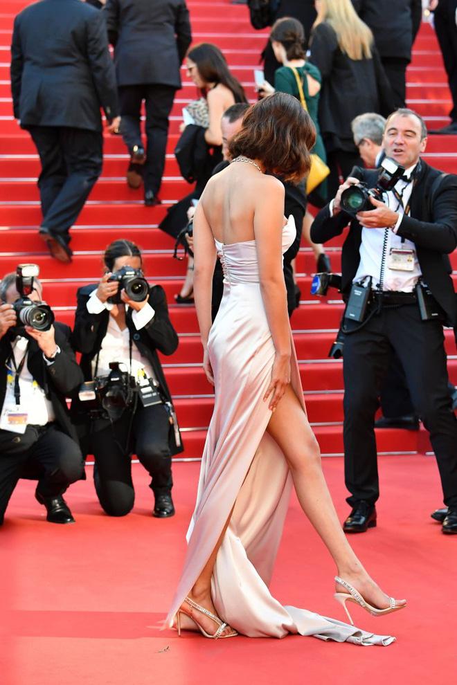 Lại diện váy xẻ ngút ngàn đến Cannes, và lần này Bella Hadid không tránh được tai nạn - Ảnh 3.