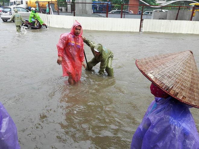 Hà Nội: Nơi mưa ngập trắng băng, dân thi nhau bắt cá, nơi chỉ đủ ướt đường - Ảnh 14.