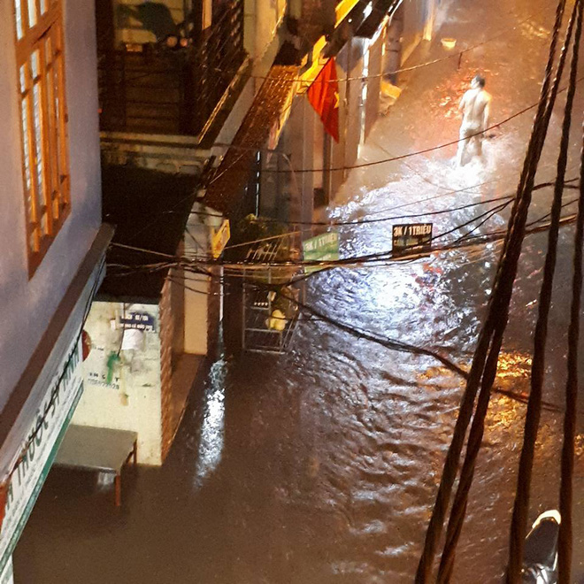 Mưa cực lớn, đường phố Hà Nội ngập úng nghiêm trọng lúc nửa đêm - Ảnh 15.