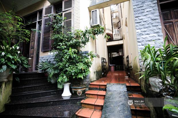Lần đầu hé lộ ngôi nhà xinh xắn, rợp bóng cây xanh ngoài đời thật của ông trùm Phan Thị - NSND Hoàng Dũng - Ảnh 3.