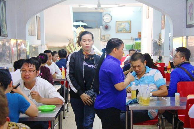 Rằm tháng 7: Phố cổ Hà Nội mù mịt hóa vàng mã, Sài Gòn chen nhau mua cơm chay, đi lễ chùa - Ảnh 16.