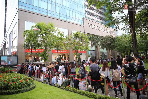 H&M Việt Nam đã chính thức mở cửa đón khách, dân tình xếp hàng chờ vào mua ra tới tận ngoài đường - Ảnh 3.