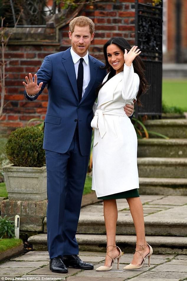 Được vị hôn thê của hoàng tử Harry diện, chiếc áo này đã lập tức gây sốt và khiến trang web của hãng bị đánh - Ảnh 3.