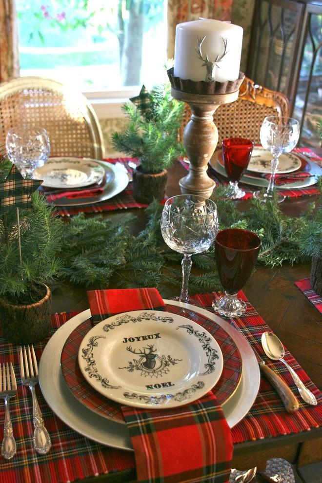 Trang trí bàn ăn thật lung linh và ấm cúng cho đêm Giáng sinh an lành - Ảnh 3.