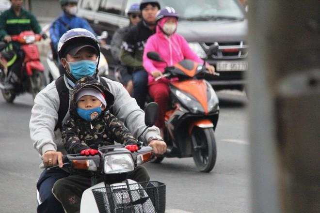 TP.HCM: Học sinh co ro, ngủ gục trên xe bố mẹ đi đến trường dưới thời tiết lạnh nhất năm 3