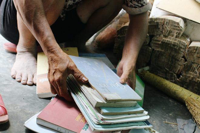 Bà Gia nói khi còn khỏe, Bằng rất quý sách vở, coi trọng nó hơn cả bản thân nhưng từ khi bị bệnh, lúc nào cũng đòi đốt sách.