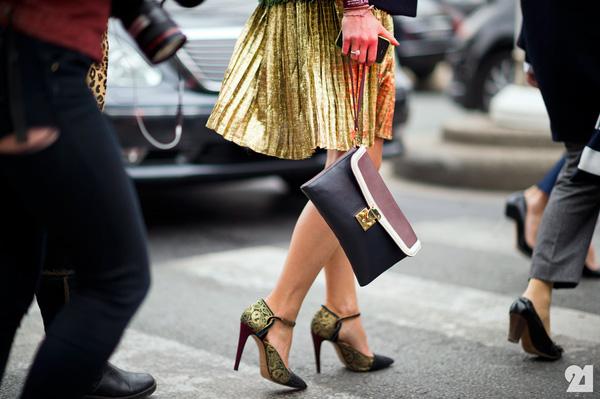 Đeo túi xách to nặng nhàm quá rồi, giờ muốn làm quý cô thời thượng thì phải cầm clutch đi làm mới chuẩn - Ảnh 17.