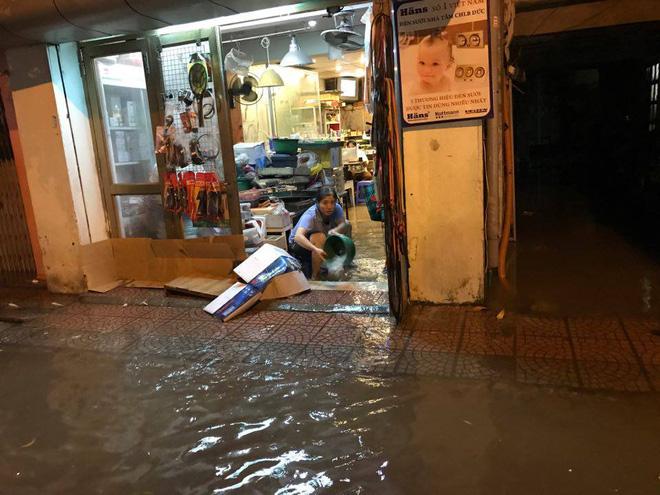 Mưa lớn trút xuống vào giờ tan tầm, ô tô xếp hàng dài trên đường phố Hà Nội - Ảnh 23.