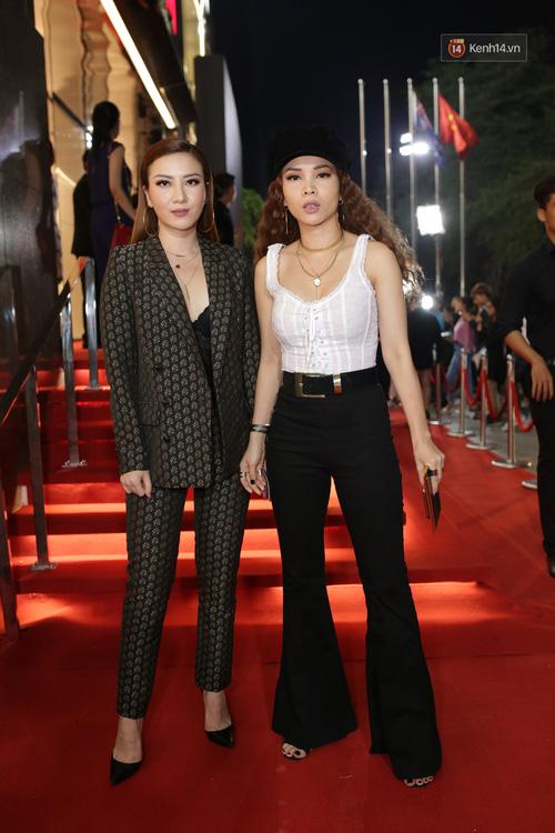 Angela Phương Trinh & Chi Pu quá đỗi sành điệu, công phá thảm đỏ sự kiện ra mắt H&M Việt Nam - Ảnh 23.