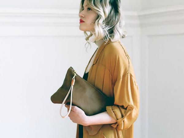 Đeo túi xách to nặng nhàm quá rồi, giờ muốn làm quý cô thời thượng thì phải cầm clutch đi làm mới chuẩn - Ảnh 19.