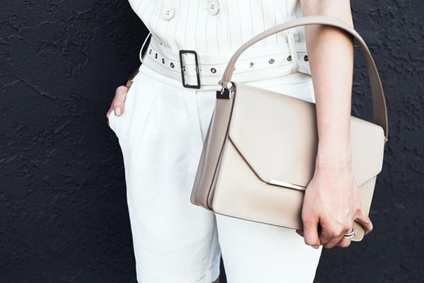Đeo túi xách to nặng nhàm quá rồi, giờ muốn làm quý cô thời thượng thì phải cầm clutch đi làm mới chuẩn - Ảnh 20.
