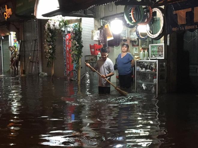Mưa lớn trút xuống vào giờ tan tầm, ô tô xếp hàng dài trên đường phố Hà Nội - Ảnh 26.
