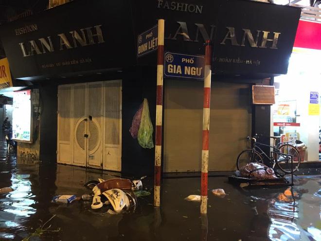 Mưa lớn trút xuống vào giờ tan tầm, ô tô xếp hàng dài trên đường phố Hà Nội - Ảnh 27.