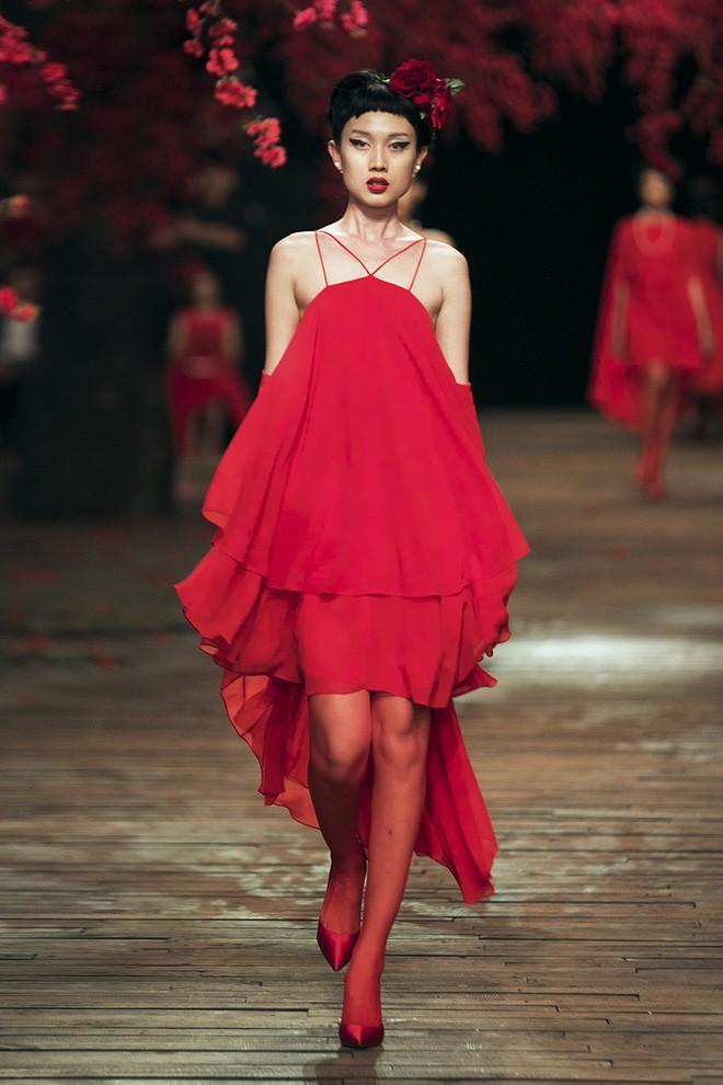 Đến tận ngày cuối cùng của năm 2017, Hoa hậu Kỳ Duyên vẫn phá đảo show diễn của NTK Đỗ Mạnh Cường - Ảnh 27.